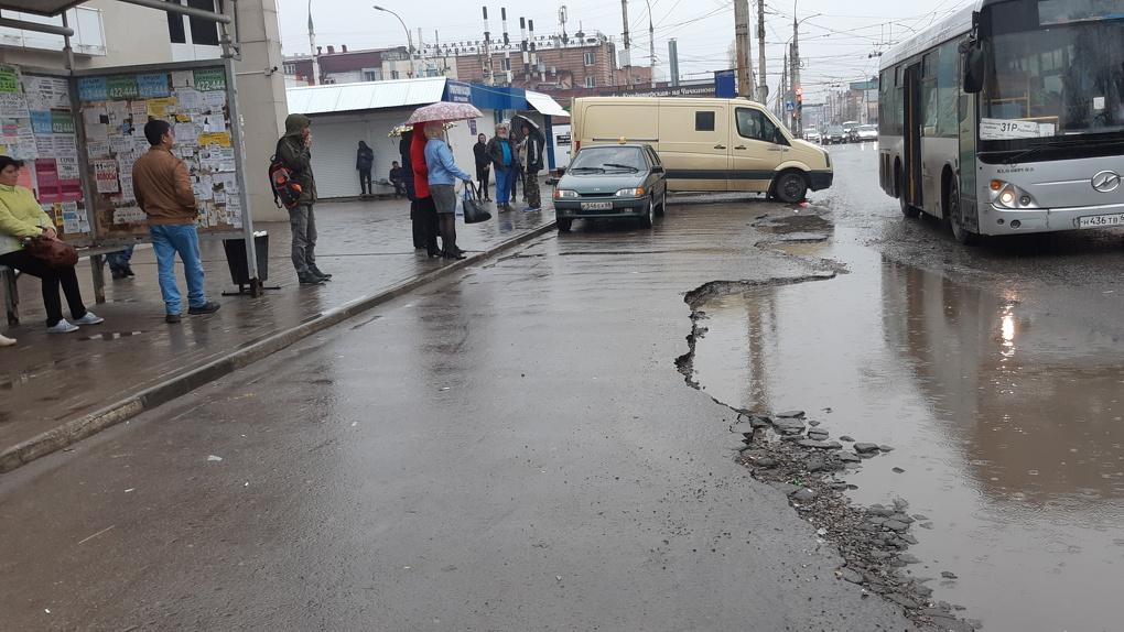 Без света и с разбитым асфальтом: активисты оценили состояние автобусных остановок в регионе