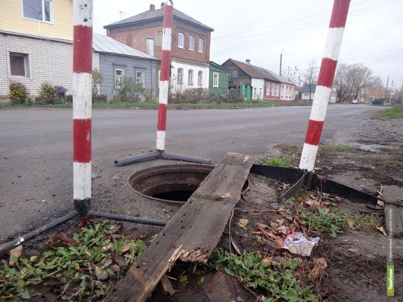 Тамбовские власти огродили, но не заделали разбитый люк