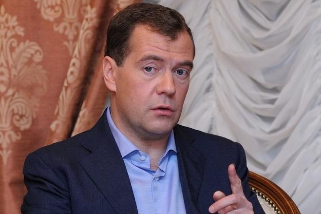 Медведев возмутился курсом доллара и потребовал навести порядок на валютном рынке