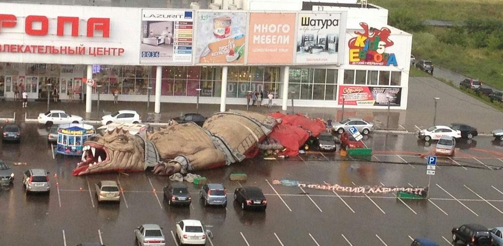 Не устоял: ураган снёс огромного динозавра на Рылеева