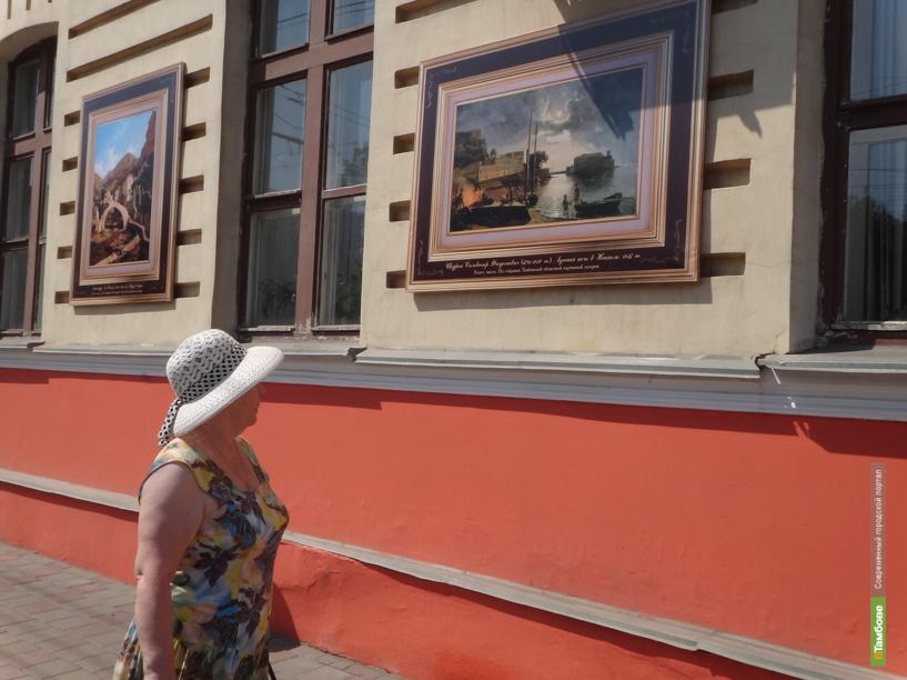 Здание в центре Тамбова украсили репродукции редких картин