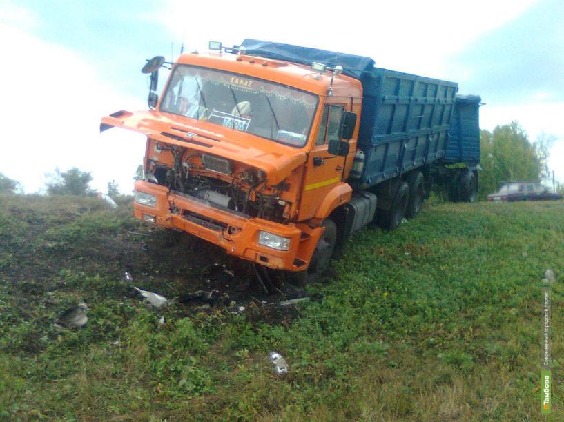 В Тамбовской области при столкновении легковушки с Камазом погиб парень