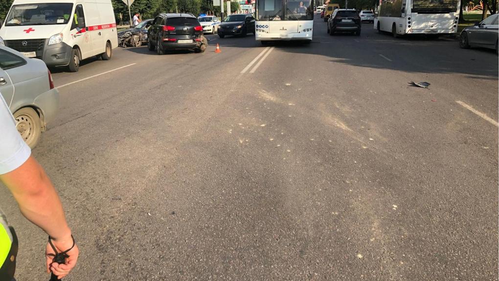 В Тамбове у Парка Победы произошло ДТП с участием трех машин и автобуса.