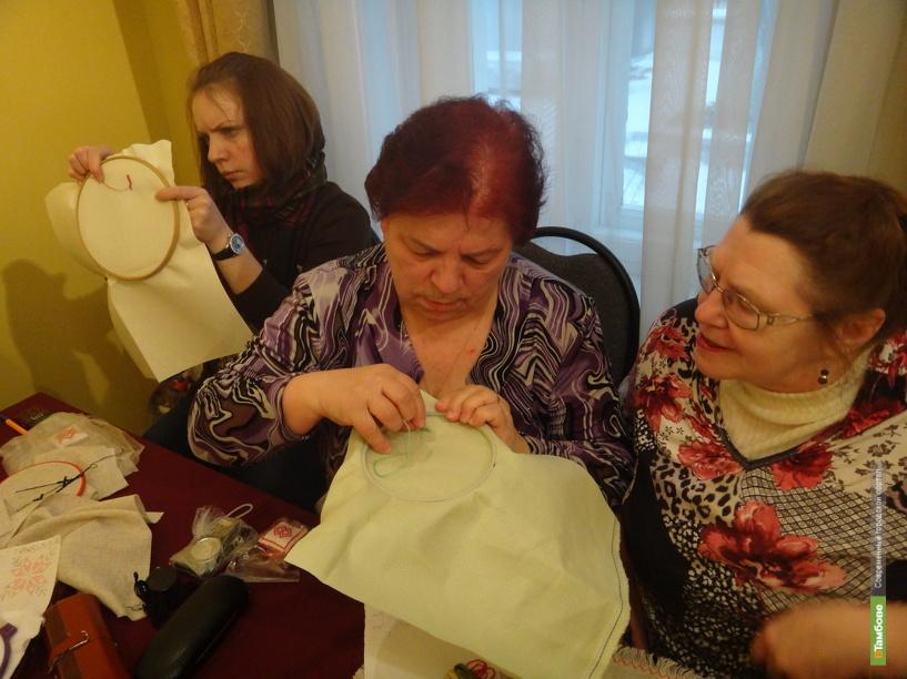 Жительниц областного центра научили уникальной вышивке