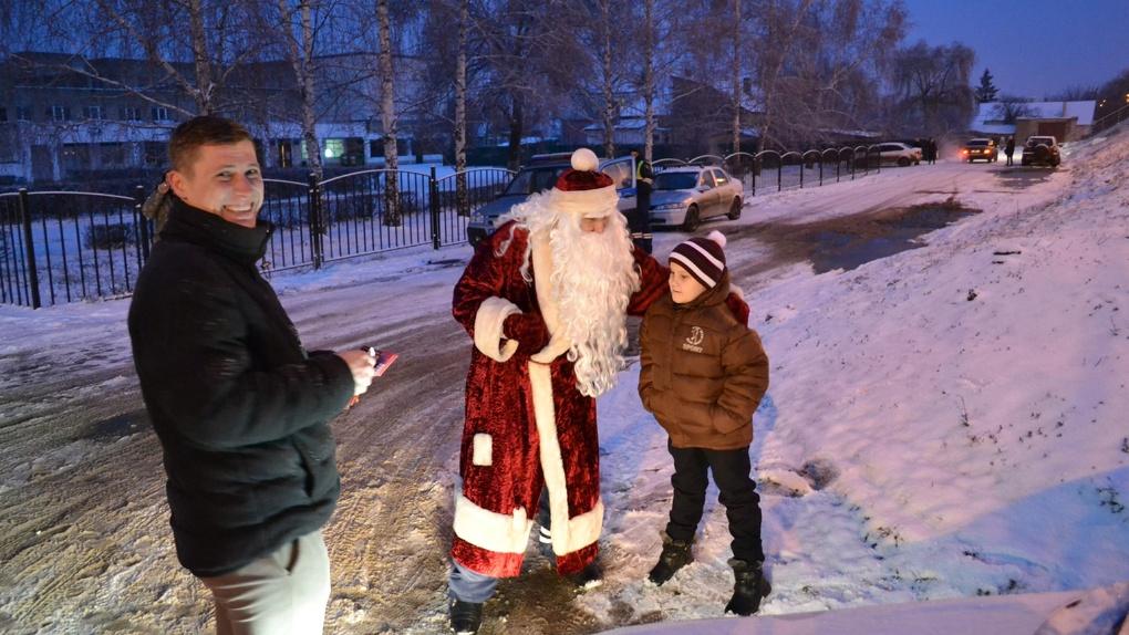 Полицейский Дед Мороз раздавал детям билеты в цирк