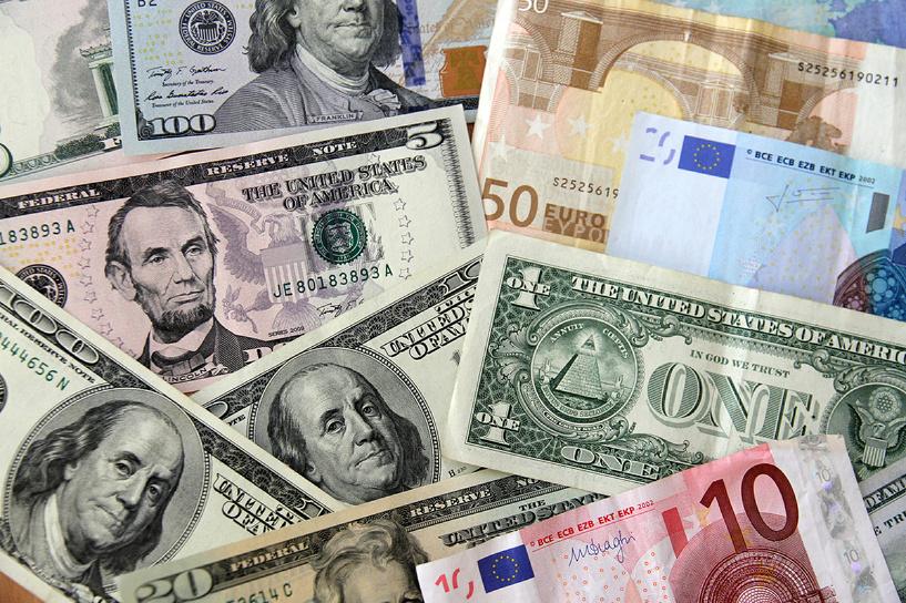 Курс евро впервые с 25 декабря упал ниже 64 рублей