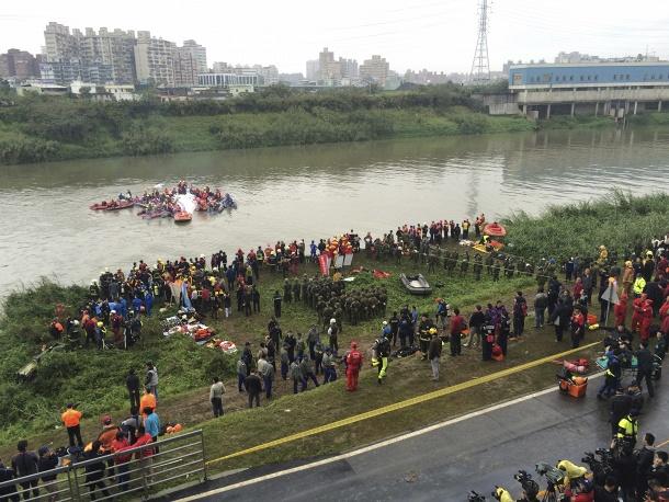 Авиакатастрофа в Тайване: самолет рухнул в реку, задев мост