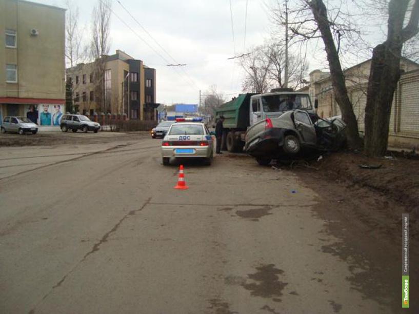 В Тамбове лоб в лоб столкнулись грузовик и легковушка