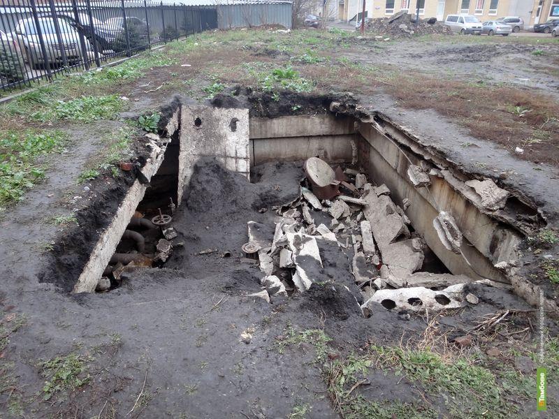 В центре Тамбова во дворе многоэтажки появилась огромная дыра в земле