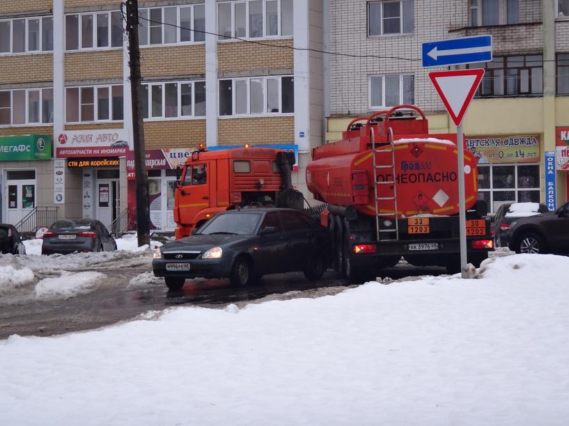 На севере города легковушка столкнулась с бензовозом