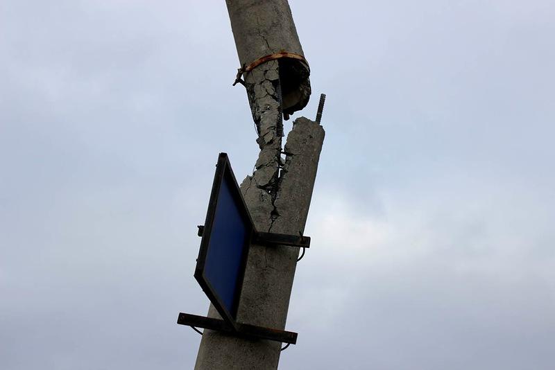 Разрушающийся столб представлял угрозу жизни пешеходов и автомобилистов