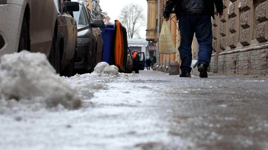 Тамбовчан просят убрать машины с Энгельса, чтобы там могли почистить снег и наледь