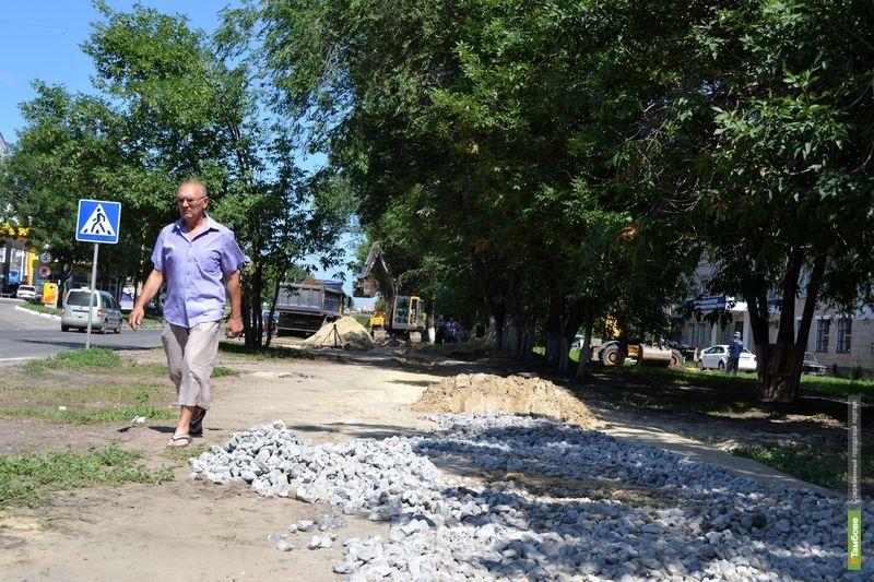 Коммунальные рабочие «выгнали» тамбовчан с тротуара