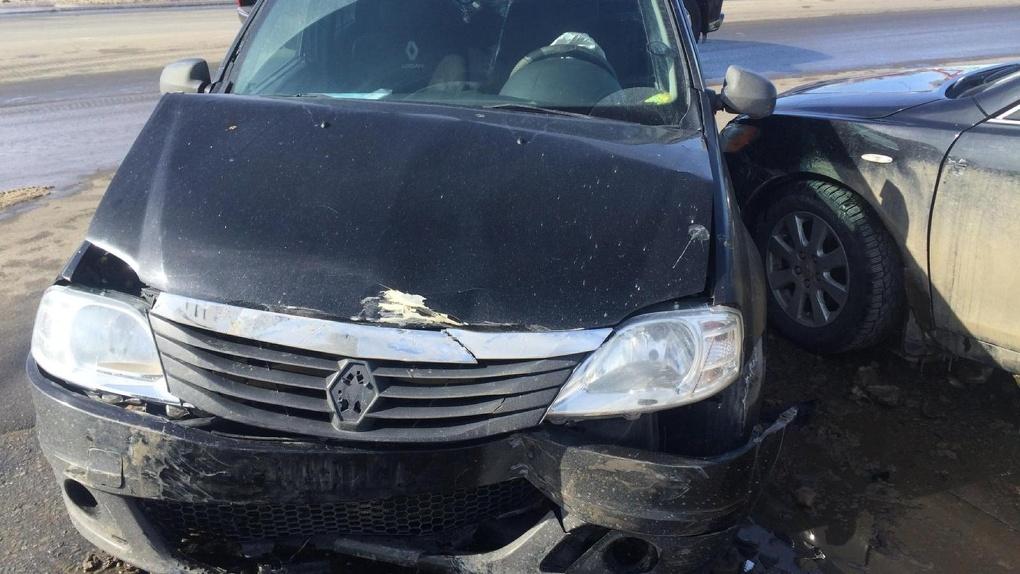 На Астраханской столкнулись три иномарки: пострадал пассажир