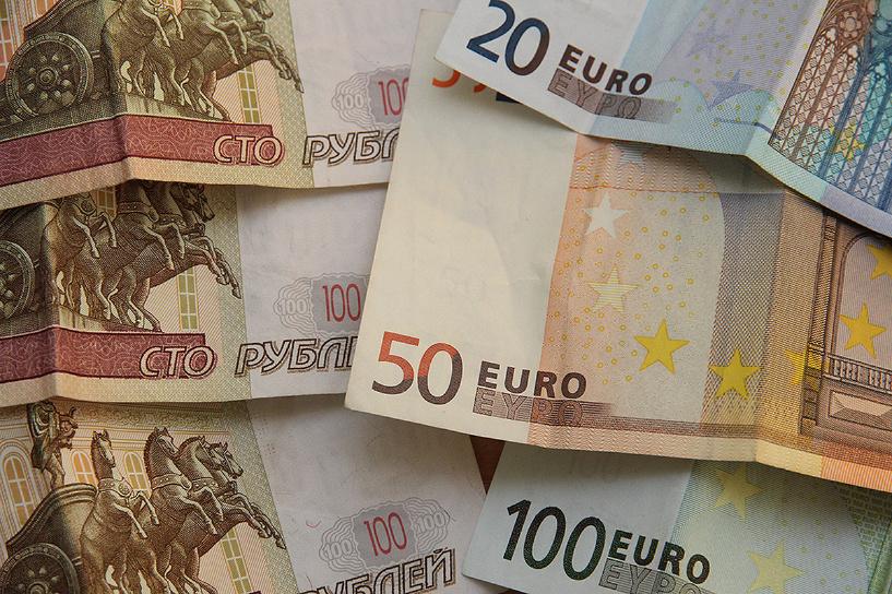 Затяжное падение: рубль продолжает дешеветь по отношению к евро и доллару
