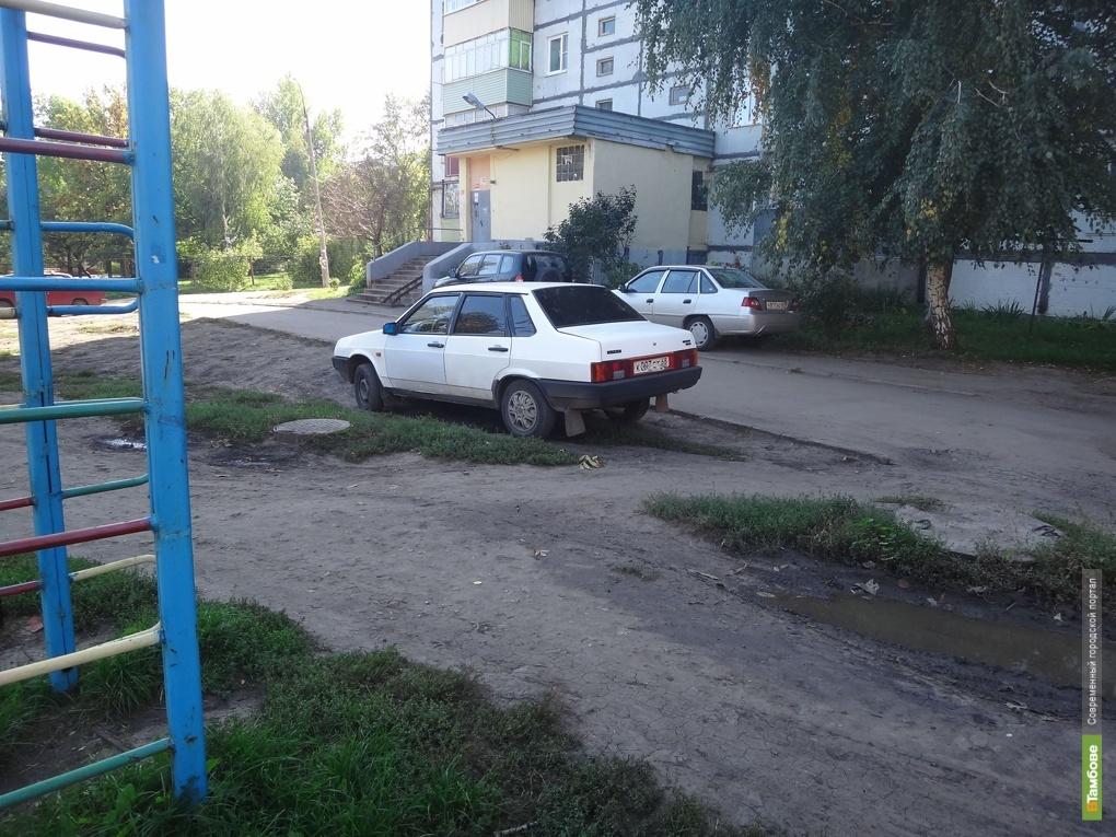 Зеленые зоны во дворах Тамбова «оккупировали» автовладельцы