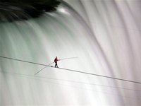 Канатоходец прошел по канату под Ниагарским водопадом