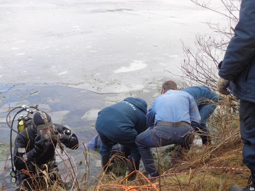 В Сосновском районе водолазы достали из пруда тело мужчины