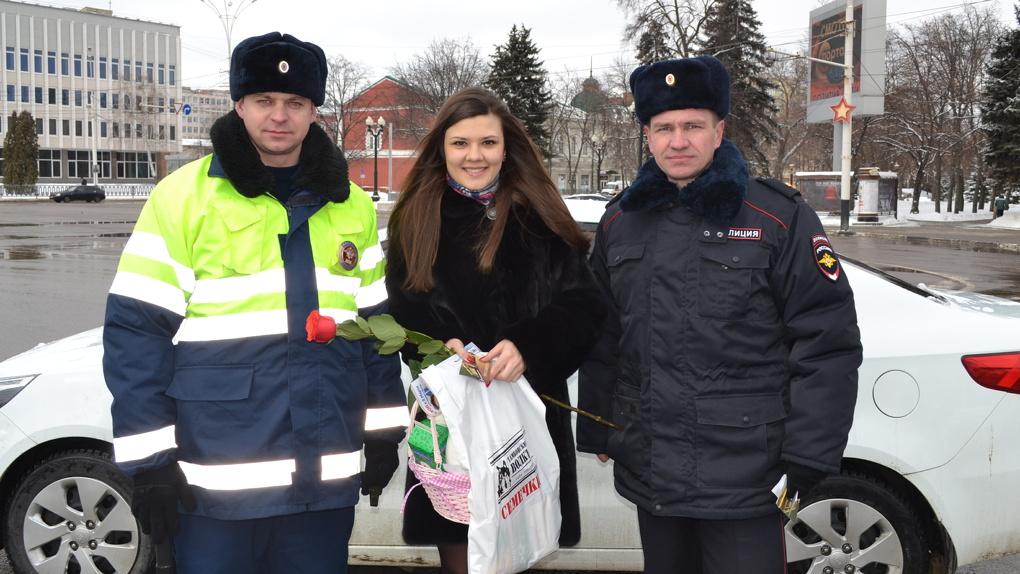 На Тамбовщине автоинспекторы поздравили женщин-водителей