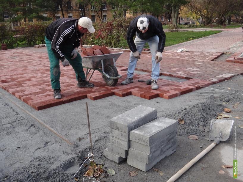 Рабочие спешат благоустроить тамбовские скверы