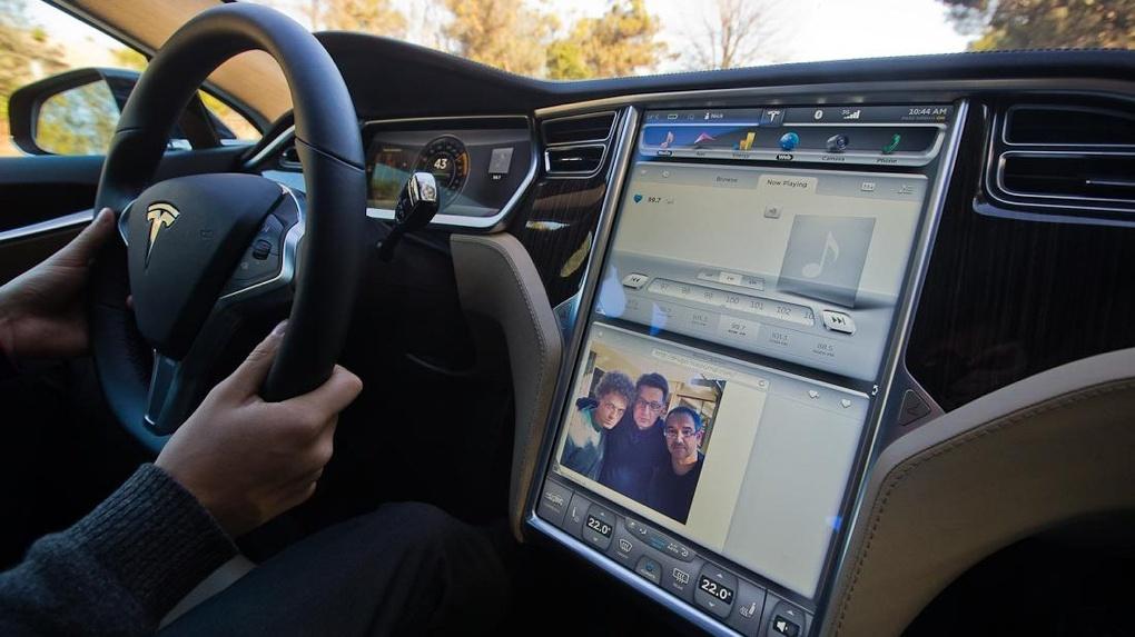 Владельцы Tesla смогут смотреть сериалы в пробках