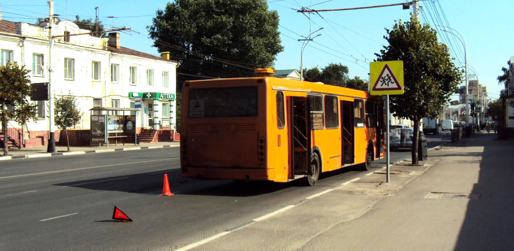 Девушка на авто при перестроении врезалась в автобус на улице Советской