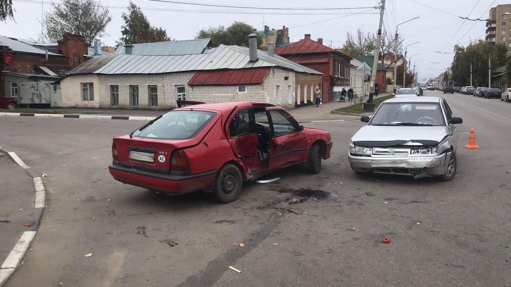 На перекрестке в центре Тамбова столкнулись две легковушки