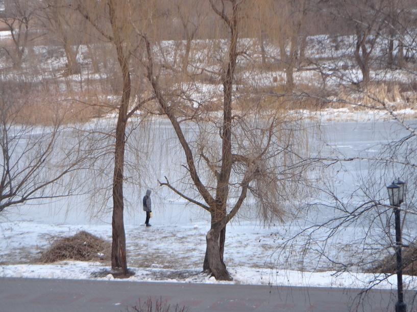 Спасатели предупреждают, что выходить на лёд становится опасно