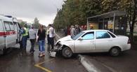 На севере Тамбова машина едва не снесла автобусную остановку