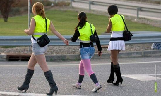 Проституткам велели одеть светоотражающие жилеты