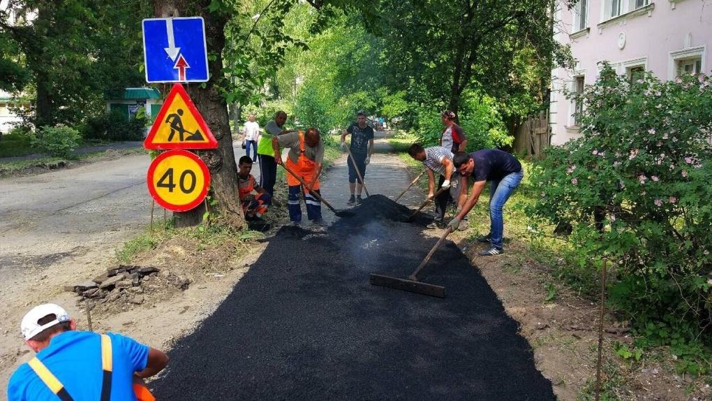 Дорожники начали ремонтировать одну из улиц с «Карты убитых дорог»