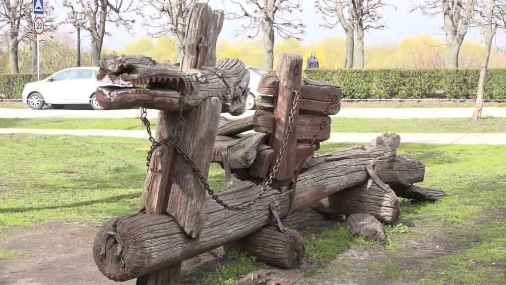 У деревянного дракона из детского городка на Набережной появится современный «друг»