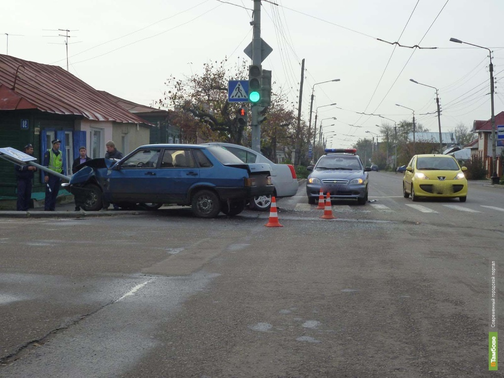 В Тамбове две легковушки не смогли разъехаться на перекрестке