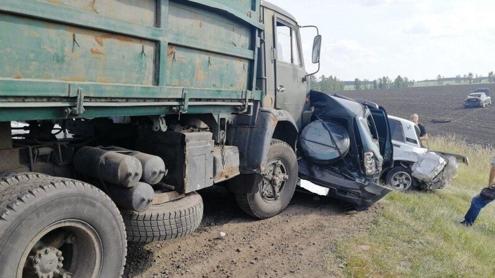 КАМАЗ протаранил колонну машин на трассе: 9 человек пострадали