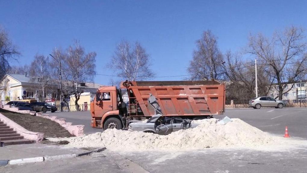 В Тамбове опрокинулся «КамАЗ» с песком: новые подробности ДТП