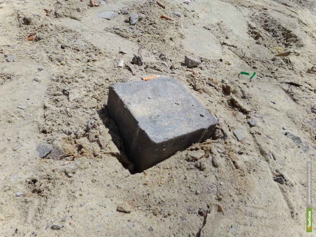 У тамбовского телецентра пропала тротуарная плитка