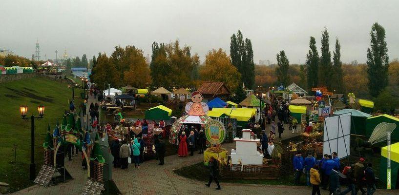 Тамбовчане делают первые покупки на Покровской ярмарке