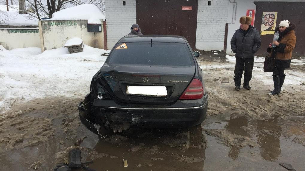 В Тамбове «двенашка» протаранила припаркованный Mercedes