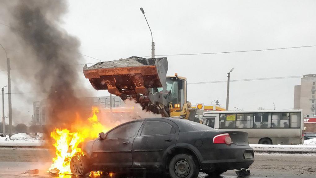 Коммунальный рабочий на экскаваторе потушил горящее авто снегом! Видео