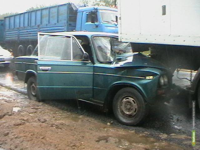 На трассе тамбовчанин на «Шестёрке» въехал в стоящий грузовик