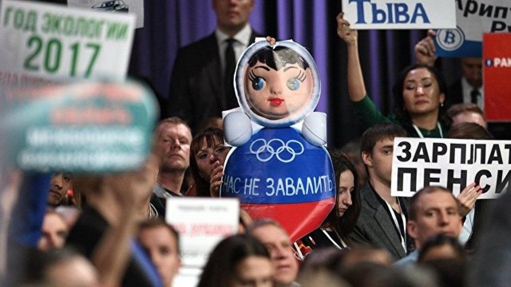 Котовские журналисты привезли на пресс-конференцию президента России неваляшку