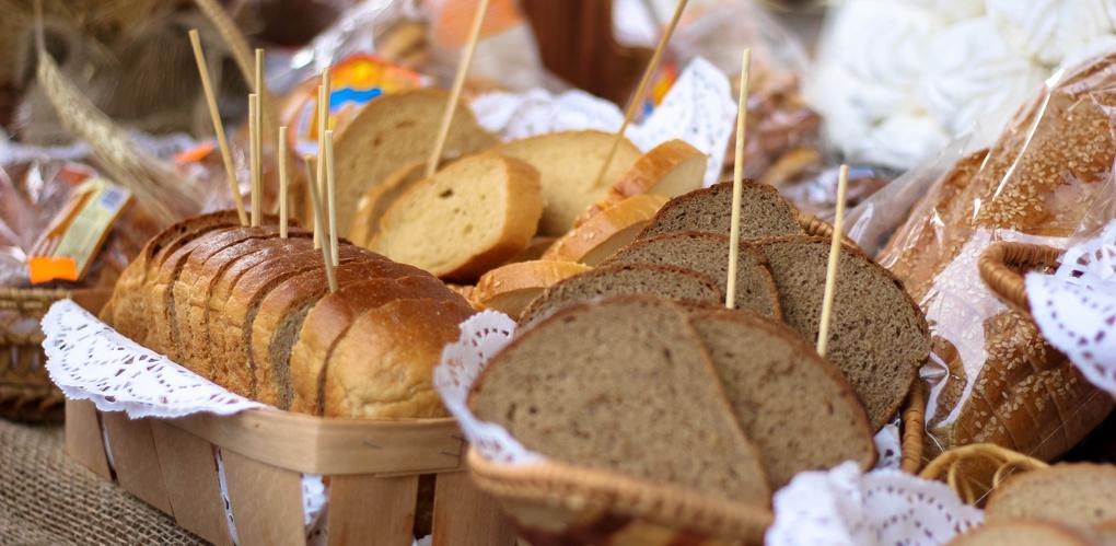 Скатерть-самобранка: Хлебокомбинат на Чичканова угостил гостей Покровской ярмарки