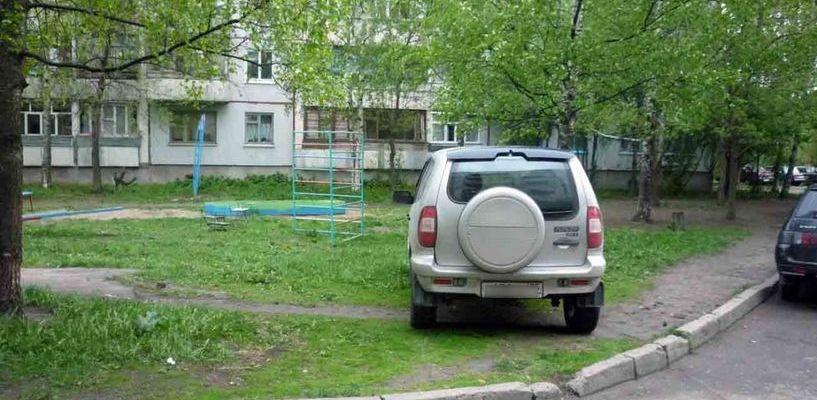 По газону не ездить: в стране введут штраф за стоянку и проезд по озелененной территории