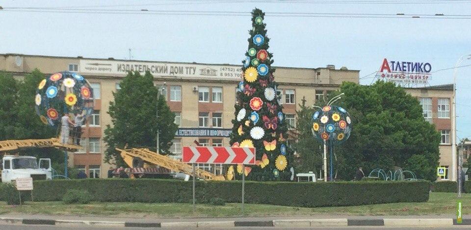 Сюрприз почти готов: ёлку на Комсомольской площади украшают яркими фигурами
