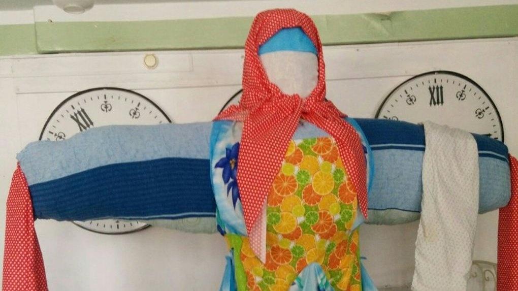 25 метров ткани и 7 мешков соломы: в Парке культуры уже смастерили чучело Зимы