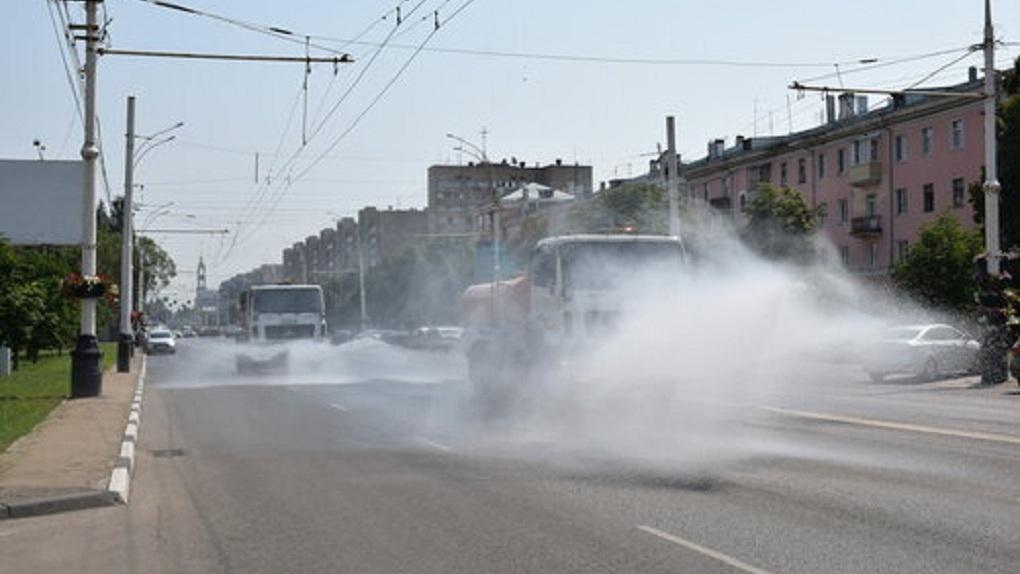 Городские власти ухаживают за городом в жару