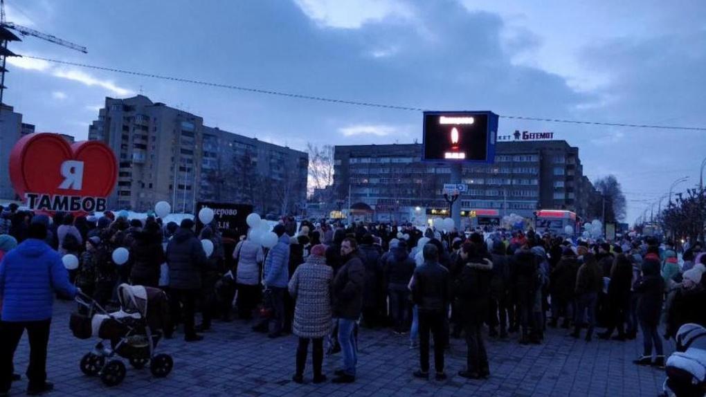 В день траура тысячи тамбовчан почтили память погибших в Кемерове у стены памяти