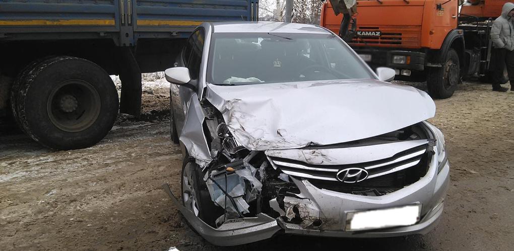 Женщина за рулём иномарки столкнулась с двумя авто, стоящими на обочине