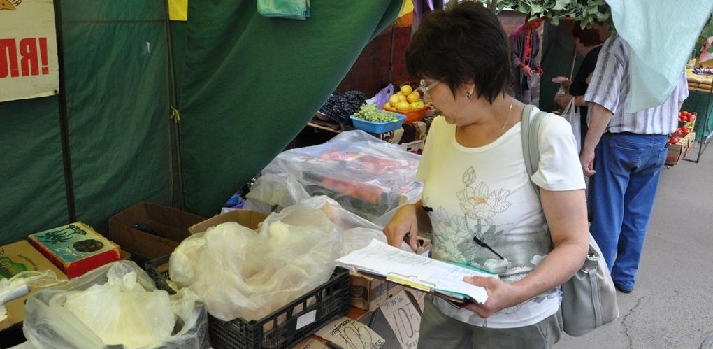 Специалисты посетили с проверкой стихийный рынок на улице Куйбышева