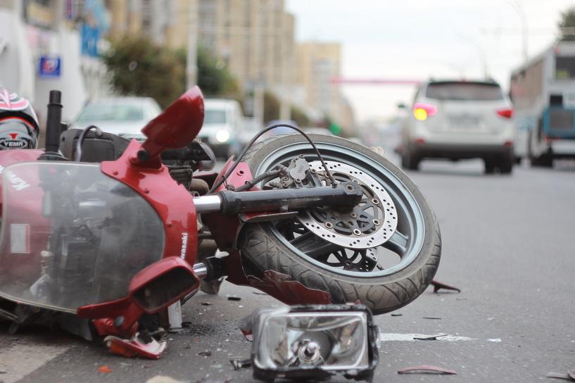 В центре Тамбова мотоциклист без прав попал под колёса иномарки